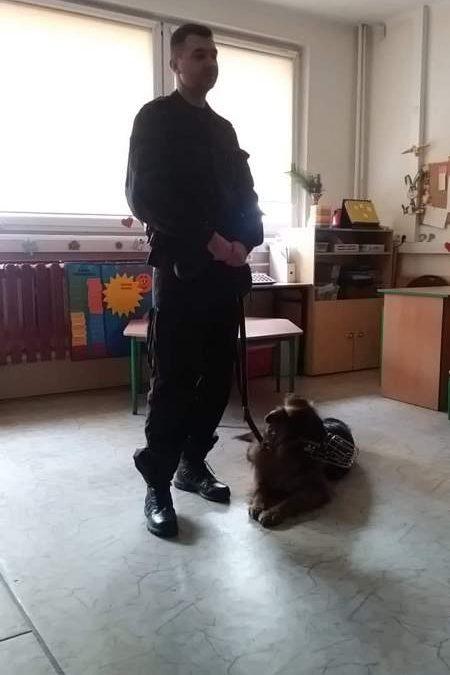 Spotkanie z policjantem i psem policyjnym